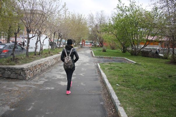 В Новосибирске плохо с простым подметанием улиц. Кому эти серёжки и бычки месяц назад оставил дворник? Зато газон ниже бордюра и грязь, если и появится не разнесётся по всей округе. А на дворе весна вообще-то, летом тут ещё лучше.
