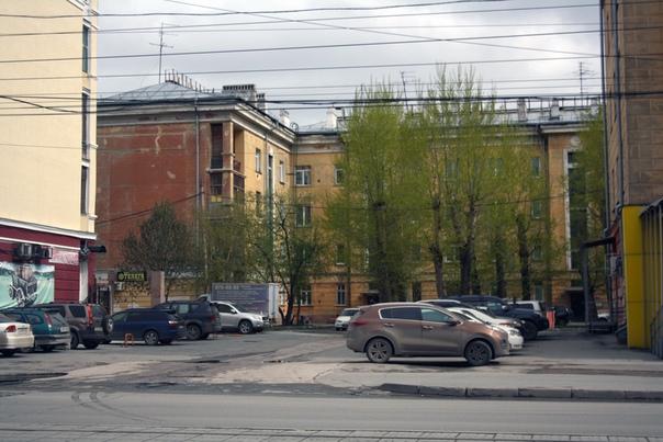 Я никогда в жизни не видел столько ранообразных балкончиков в городе. Тут вообще на любой вкус есть. Словно это не Сибирь, а европейская жаркая страна.  Здесь угловой балкончик, скорее для подъезда просто пообщаться в узком кругу. Архитекторы начала XX века такие, да.