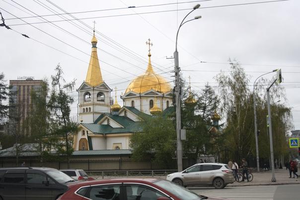 Вознесенский кафедральный собор. Золотокупольный храм с шестигранной колокольней. Кровля довольно необычная у колокольни. Никогда не видел, чтоб так треугольники использовали.  Церковь сделана не по заветам Тона, а по старым лекалам Константинополя.  Кирпичной она стала только в 1998 году, а до этого была деревянной, потому что синод мало денег выделил. По-моему, только чудесным образом деревянный храм не единственный в городе, построенный в 1913 году, не отдавался в пользу какого-нибудь клуба, а лишь ненадолго закрывался, но всегда был церковью для прихожан.