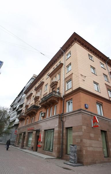 Интересное здание. Кому-то хватило денег налепить керамо-гранитные плиты на первый этаж и, должно быть, увеличить окна. Фи такими быть.