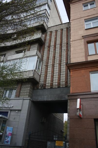 Ещё одно сочленение двух угловых домов. Такое впечатление, что сделали это не сразу, потому что на самом доме слева эти кирпичные вертикальные полосы гораздо реже расположены.
