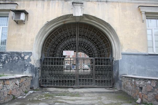 Ворота с вензелями.