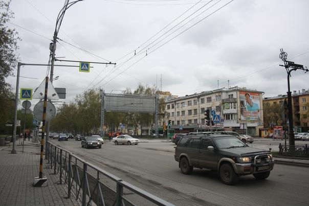 На местной аллее поставили огромные серые узкоформатные растяжки для рекламы.