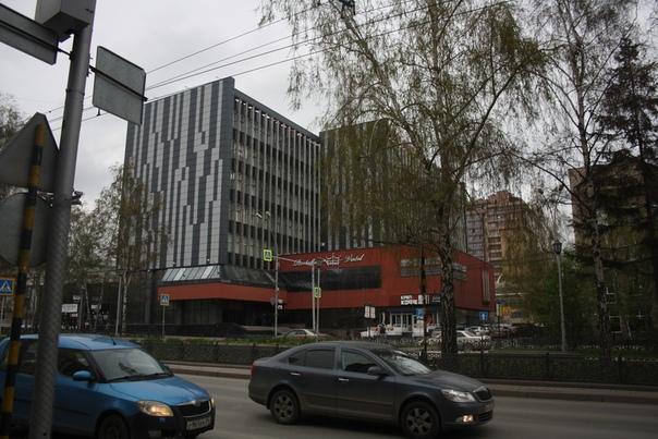 Мне нравится это здание, потому что оно при первом взгляде кажется обычкновенной многоэтажкой, которых одна—две в каждом городе, высоченной кажется из-за вертикальных полосок. Но торцы выдают, что это современное и продуманное здание. Класс.