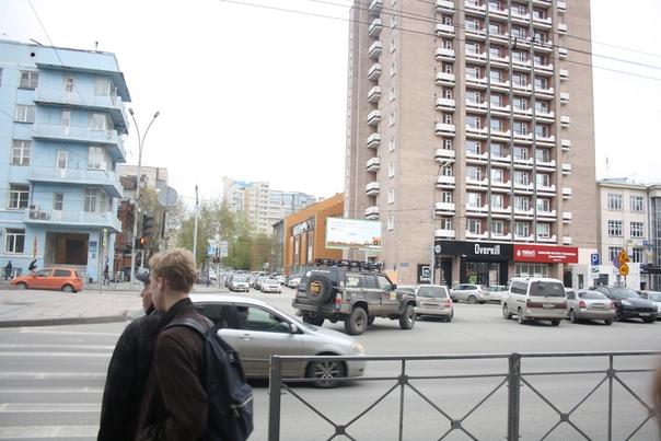 Каждому окну — балкон! Мне сложно представить такой дом где-нибудь в Нижнем Новгороде. Словно там таких идей боялись.  Слева угловые балкончики для настоящих вечерних прогулок. Такие огромные и угловые часто можно встретить в Москве.  https://vk.com/photo16174219_456260293 https://vk.com/photo16174219_456260292 https://vk.com/photo16174219_456260286