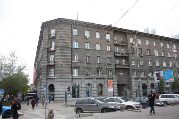 Неоклассический дом с достроенными двумя этажами.