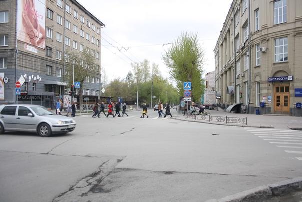 В Почте России любят портить входные двери. Но тут свеженькая и красивая — похвально.  Конкретно на этом перекрёстке довольно много проблем: огромный баннер, заборинг повсюду, поребрики, вместо безбарьерной среды, нет подсветки пешеходов, кругом кондеи, фасады испорчены краской или коробами с вывесками.