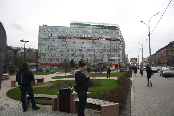 Восьмиэтажное кирпичное здание, всё в прыщах из кондиционеров. Портит вид города.
