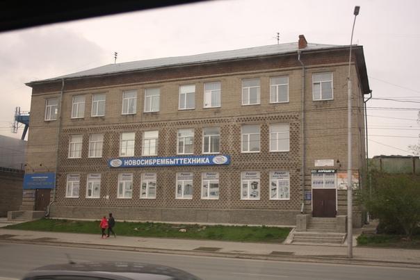Занятное здание с орнаментом и полной симметрией.
