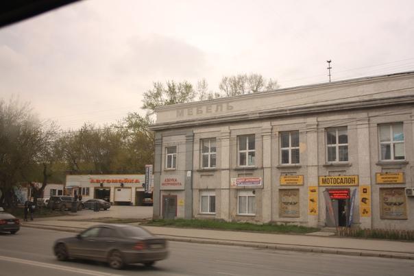 Классно, что сохранилась надпись с советских времён. Окно слева — бич перфекциониста. Ну как можно было додуматься так криво заложить?