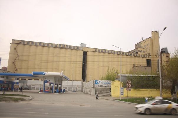 Это Мелькомбинат № 1, соседствующий с заводом «Труд». Завод сделал стелу музея космонавтики на ВДНХ. Да, ту самую с взлетающей ракетой. На заводе ремонтируют речные суда, изготавливают оборудования для металлических руд, в том числе золотодобычи.