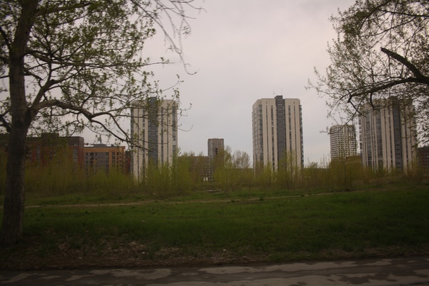 Снаружи выглядит хорошо: между высокими домами маленькие красненькие.