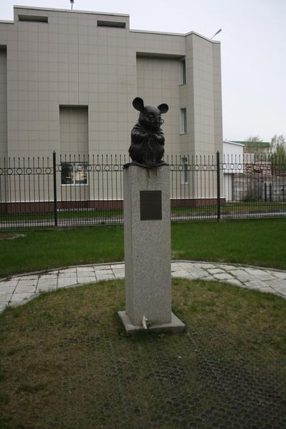 Авторы говорят, что скульптура запечатлена в момент научного открытия.
