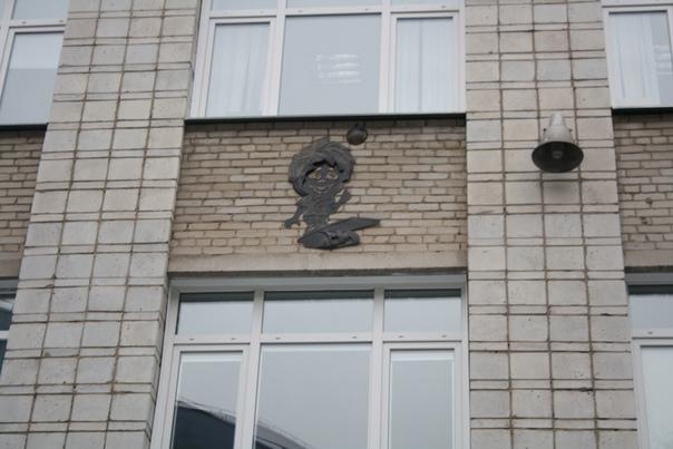 Страшный домовой на корпусе университета