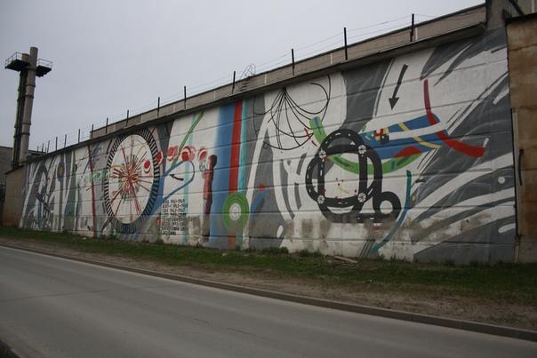 Местные граффитисты постарались на славу.