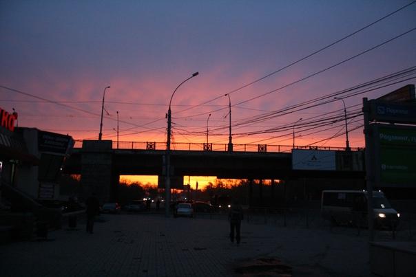 Обь — одна из десяти самых длинных рек мира — 3650 метров, впадает в Северный ледовитый океан.  Зимой ходили по льду, летом возводили понтонный мост. Стандартная Россия: город-миллионник, а на берегу реки картошку садят в обширном частном секторе. Первым в 1955 году стал Коммунальный мост.  До 1958 года в Новосибирске было два часовых пояса. На левом берегу +3 к Москве, а на правом +4. Путеводитель утверждает, что старались даже жениться только с людьми со своей стороны Оби, и вообще было как два отдельных города, пока не построили автомобильный мост — тогда стало везде +4 к Москве, а нынче обратно +3 к Москве.