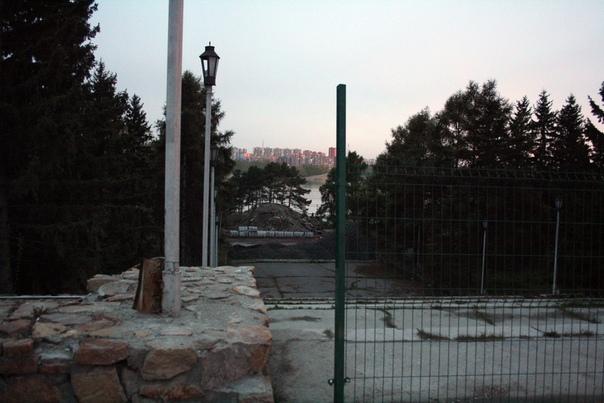 Парк почти полностью закрыт. Почему? Ну это тебе не Москва, просто забор поставят и не ходи сюда. Когда откроют, кто ответственный, что делают — это не важно.
