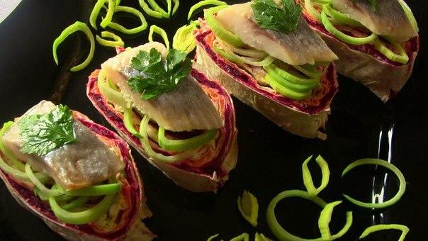 Популярный салат «Селедка под шубой» заверните в лаваш и подайте как порционную закуску — вкусно и необычно.