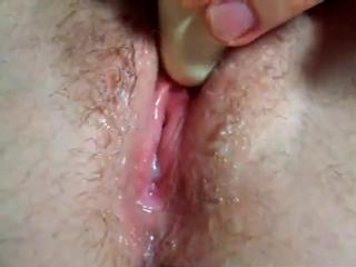 Девушка мастурбирует свою клитор и кончает крупным планом