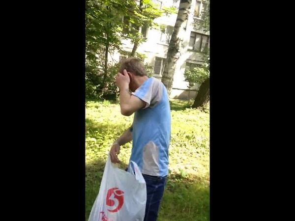 Наркоман получает дозу из перцового балончика