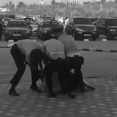 """Волгоград on Instagram """"Опубликовано видео разборки троих полицейских с неадекватным мужчиной у ТРК «КомсоМОЛЛ». ⠀ На видео видно, что босого мужч..."""