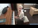 Мамка с большими сиськами не умеет играть на старом пианино
