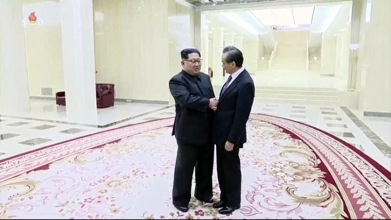 경애하는 최고령도자 김정은동지께서 중화인민공화국 국무원 국무위원 겸 외교부장을 접견하시였다