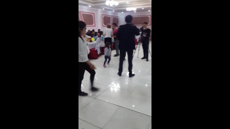 Sakowa s devochkoi tancuyut