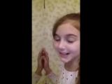 Девочка учит как правильно целоваться