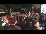 エズラ・ミラー&レイ・フィッシャーが、大歓声に迎えられながら会場に到着!!ニコニコ笑顔全開でファンとたわむれております…