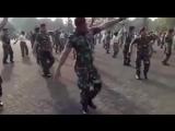 Танцует военнослужащий Khalwa Alya Nairi. Поёт Биз тобу и Бактияр Токторов – Ыйл