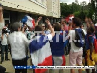 Фанаты сборной Франции подкараулили футболистов около отеля с речевками