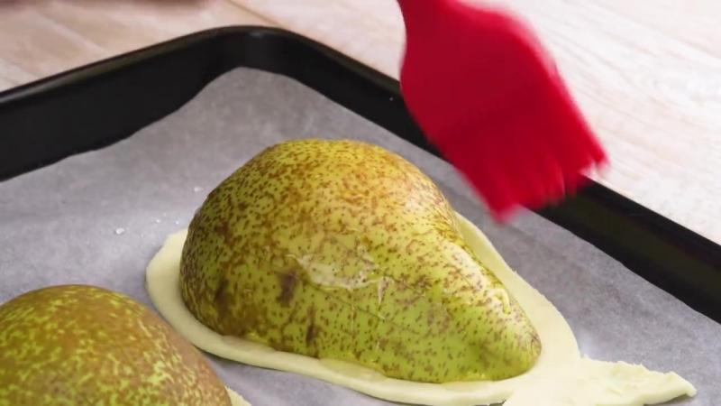 Вынимаем семечки из груши, кладем внутрь шарик и восхищаемся