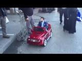 мужик в детской машинке Драйв Kavinsky n...кол абрек (360p).mp4