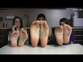 3 girls incluoding hania feet shows