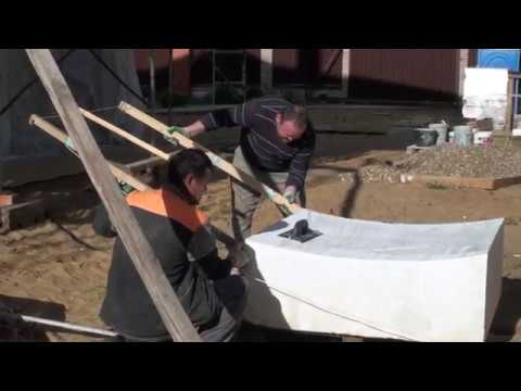 Приготовились резать из большого куба пенопласта радиусные листы для приклейки на круглые стены дома
