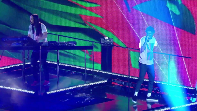 Louis_Tomlinson_and_Steve_Aoki_perform_Just_Hold_on