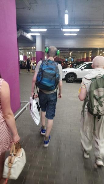 В Москве появилась мода носить наушники вот так.  12 июля 2018