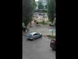 Вот так вот весело,иногда бывает во дворе)))))))Аришка с балкона,аплодирует всем!!!