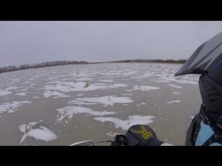 Еду на питбайке по льду