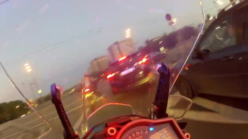 Красивый ролик - рекомендую! Упорная погоня мотобата на мотоцикле KTM 1190 за гонщиком на спортбайке Honda CB