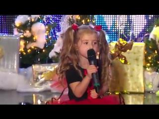 Маленькая девочка классно поет! А ты меня любишь? ))