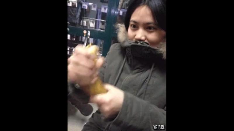 Девушка чистит банан