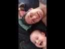 Малыш и его папа кричат wassuuup