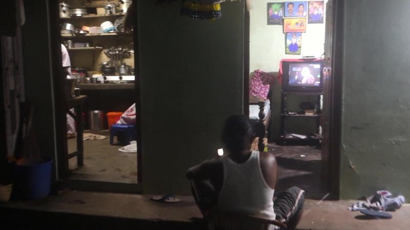 Индусы любят смотреть ТВ, сидя на улице (Варкала, Индия)