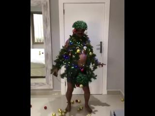 Мужчина танцует в костюме ёлки. Лучший новогодний прикол этого года