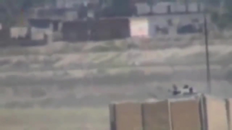 Снайпер убивает водителя БМП выстрелом в голову.