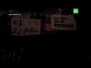 Зрители развернули баннеры на спектакле Юрия Бутусова