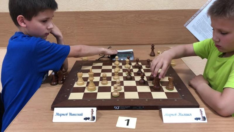 Знаменитое дерби: Марков Николай против Маркова Михаила (0:1).
