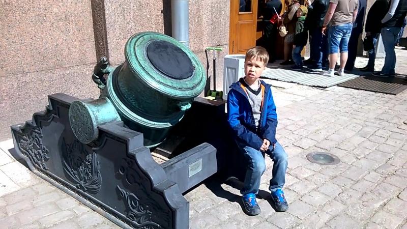 9 мая перед Военно-историческим музеем артиллерии, инженерных войск и войск связи
